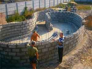 Строим бассейн из бетонных блоков