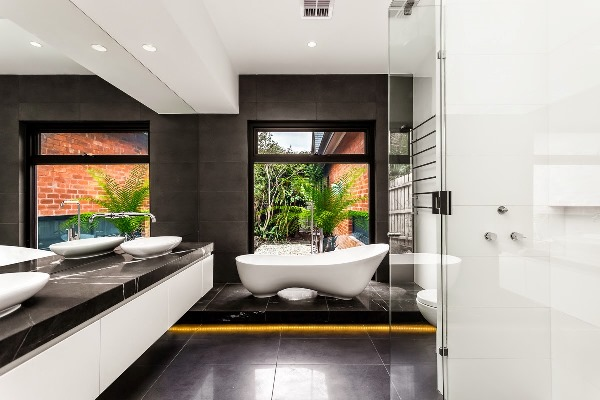 черно белый интерьер ванной комнаты фото 12