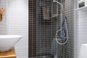 дизайн ванной комнаты черно белой плиткой фото