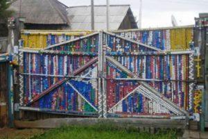 забор из пластиковых бутылок фото 17