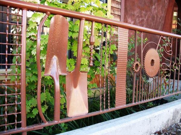 забор из пластиковых бутылок фото 23