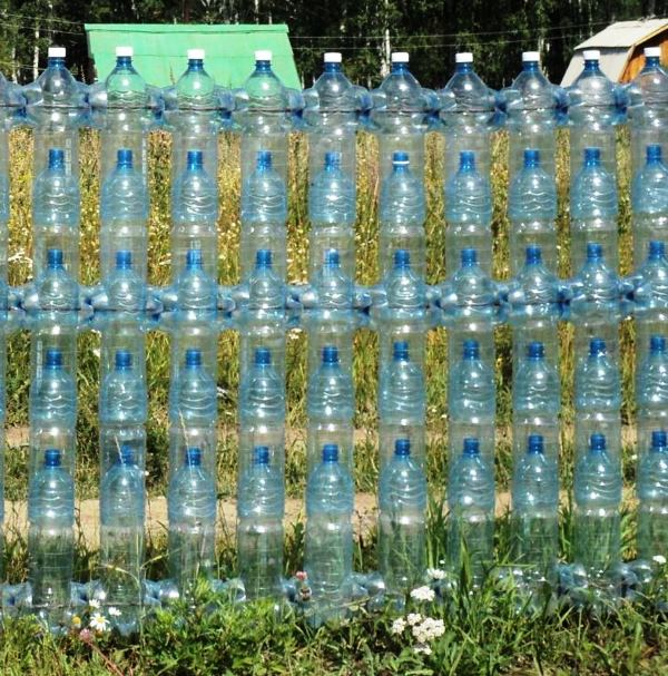 забор из пластиковых бутылок фото 3