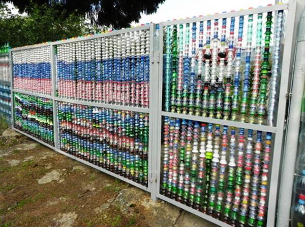 забор из пластиковых бутылок фото 6