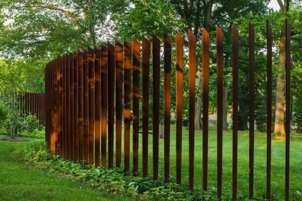 забор из металлического штакетника фото 5