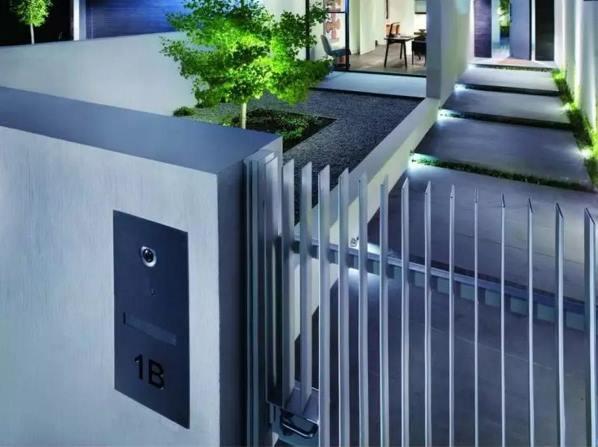 забор из металлического штакетника фото 7