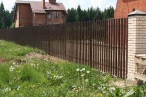 забор из штакетника фото 34