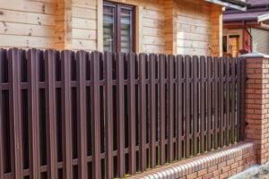 забор из штакетника фото 38