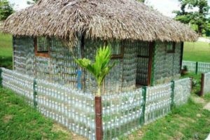 забор из пластиковых бутылок фото 12