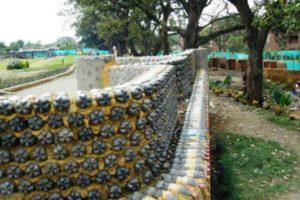 забор из пластиковых бутылок фото 15