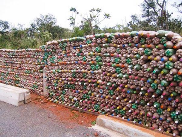забор из пластиковых бутылок фото 25