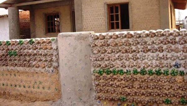 забор из пластиковых бутылок фото 7