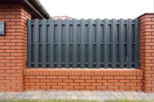 забор из штакетника фото 29