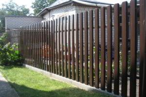 забор из штакетника фото 32