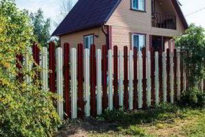 забор из штакетника фото 35