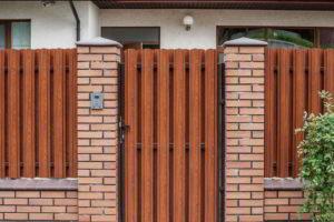 забор из штакетника фото 37