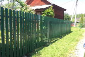 забор из штакетника фото 40